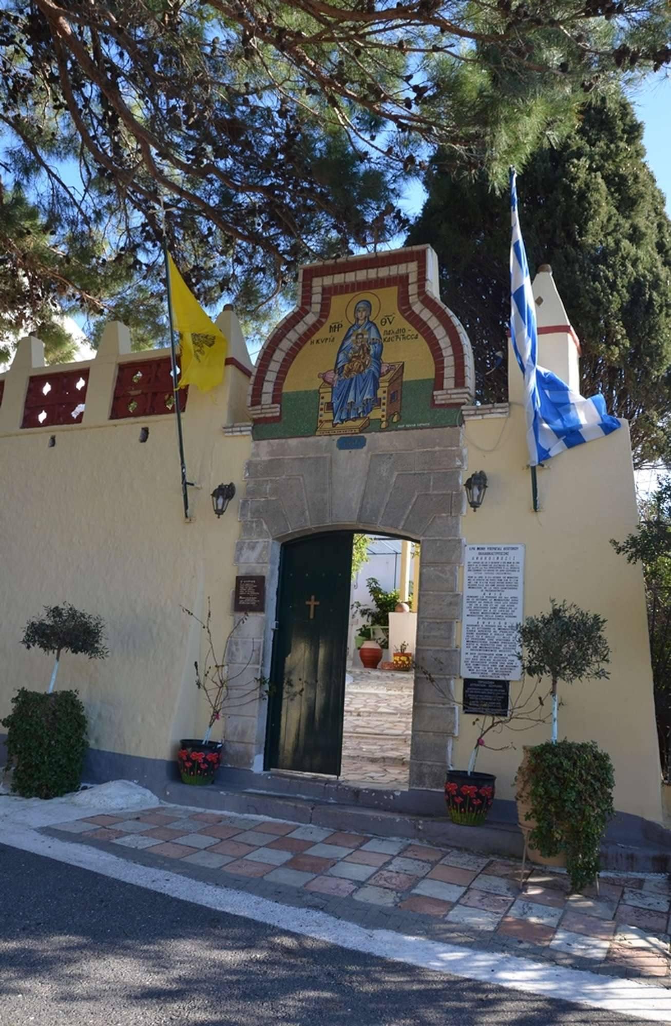Вход в монастырь Палеокастрица