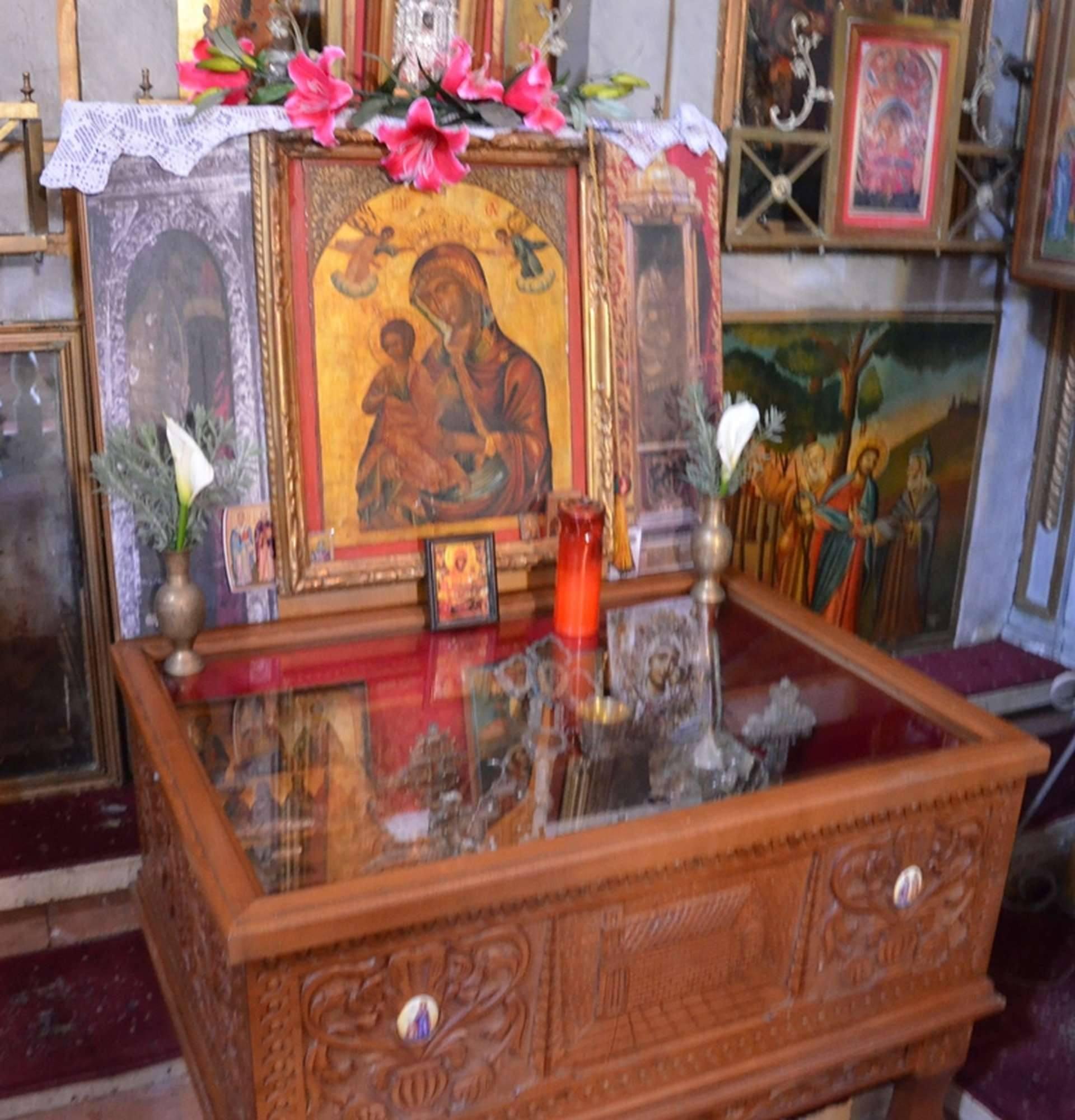 Ковчег с мощами многих святых в монастыре Палеокастрица