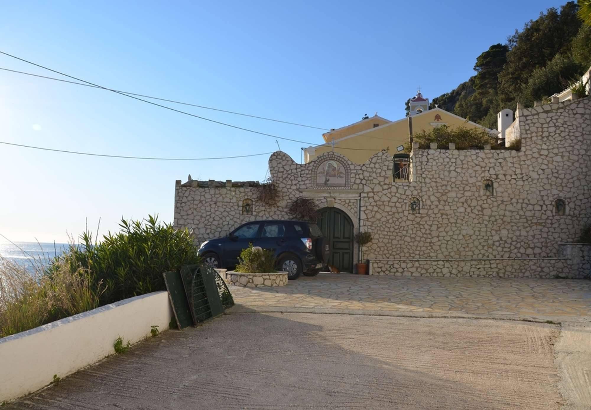 Вход в мужской монастырь Пресвятой Богородицы Миртидиотиссы
