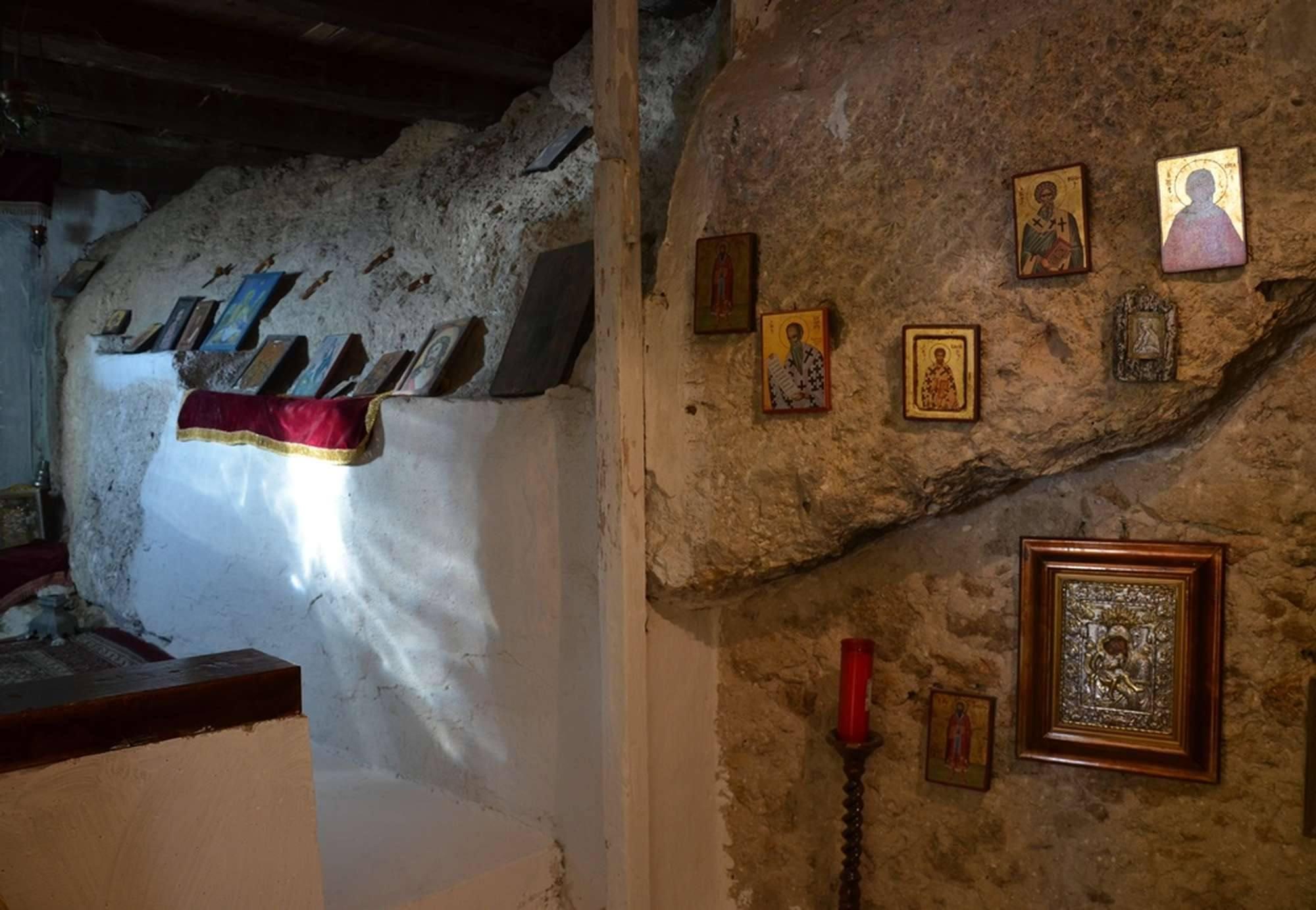В пещере в мужском монастыре Пресвятой Богородицы Миртидиотиссы