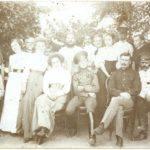 Батюшка та Матушка Даценки з дочкою Олександрою та прийомними дітьми. Справа – китайчонок Лі (1)